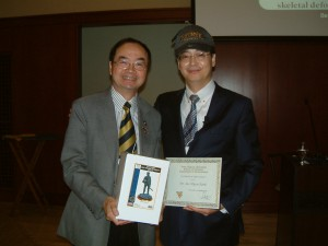 Dr. Ngan presents a certificate of appreciation to Dr. Park.