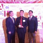 Michael Chang receives the Member of the Year Award from ACEL